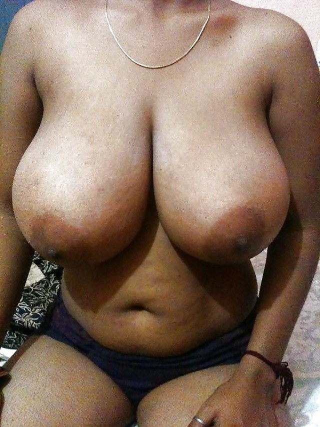 Indian aunty with big boobs doing photo chat with boyfriend